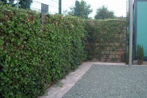 Zaun mit Kokosfüllung als Lärmschutz