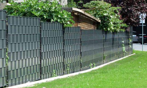 Stahlmattenzaun mit Kunststoffstreifen
