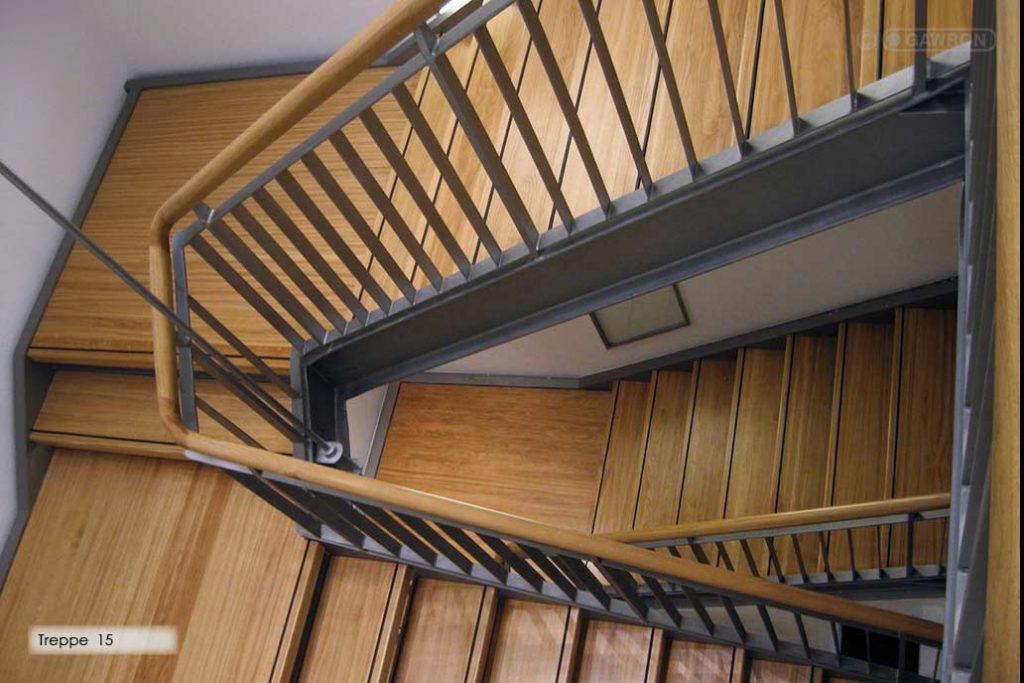 Innentreppe aus Stahl mit Holzstufen und Holzhandlauf.
