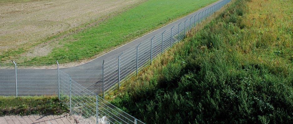 Sicherheitszaun aus Doppelstabmatten mit Stacheldraht