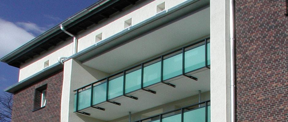 Balkongeländer aus Stahl mit Glasfüllung.