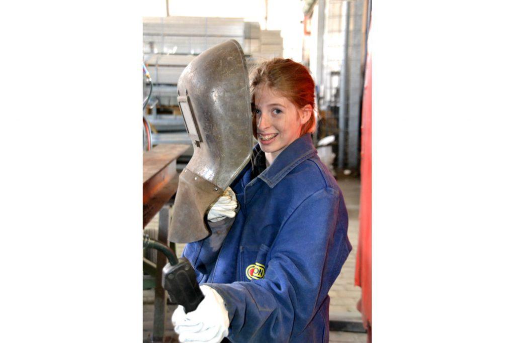 Ein Mädchen mit Schweißschirm beim Girls Day von Gawron & Co.