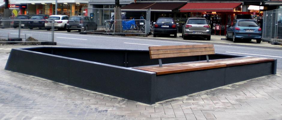 Metalleinfassung einer Baumschgeibe mit einer Bank mit Holzauflage