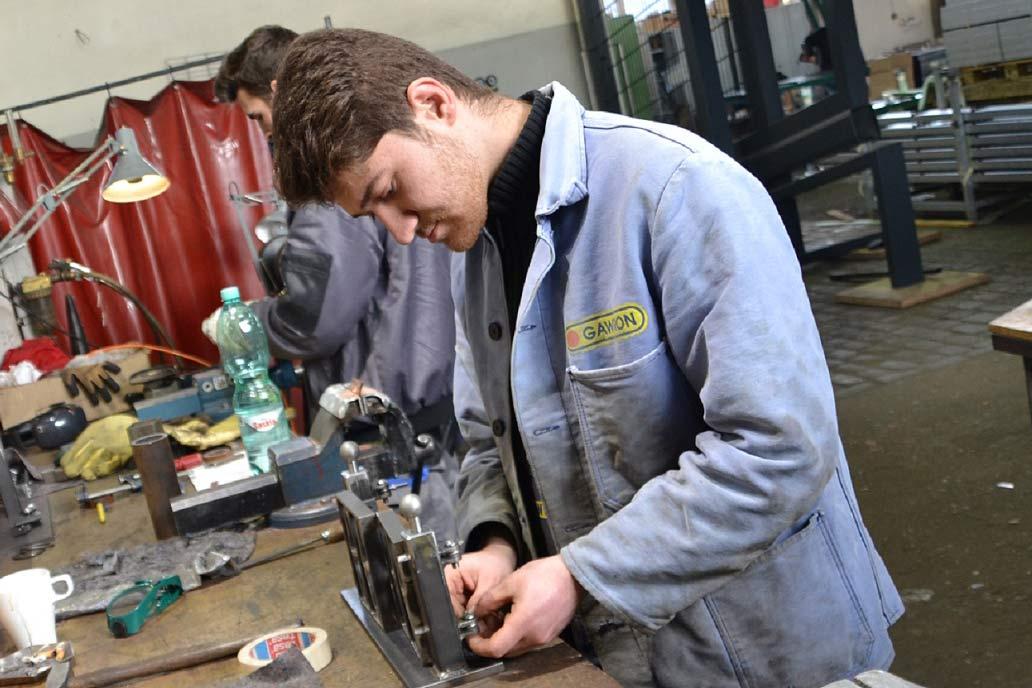Ein Metallbauer Azubi an der Werkbank. Die Ausbildung für Metallbauer*in - Fachrichtung Konstruktionstechnik findet bei Gawron im ersten Jahr in der lehrwerkstatt statt.
