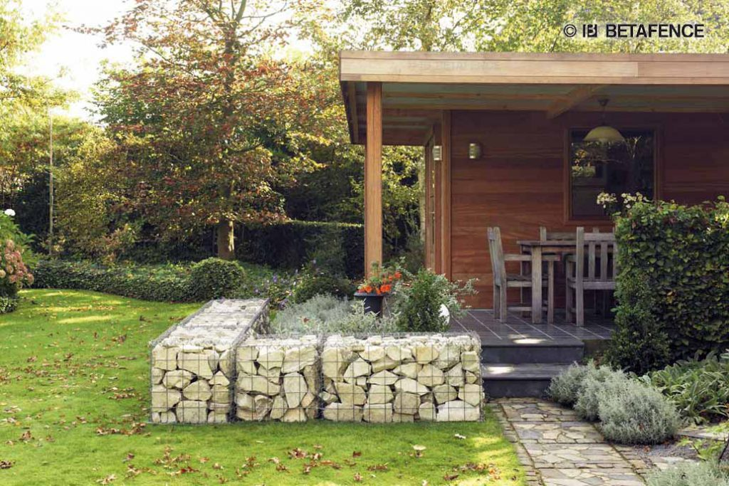 Gabionenmauer in einem Hausgarten.
