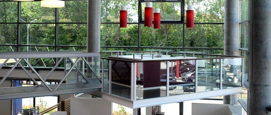 Stahl- und Metallbauarbeiten an der Turmbar in der Ausstellungshalle von Peter Jensen. Der Stahlsteg führt zu einem Podest mit Geländer über der Ausstellungsfläche.