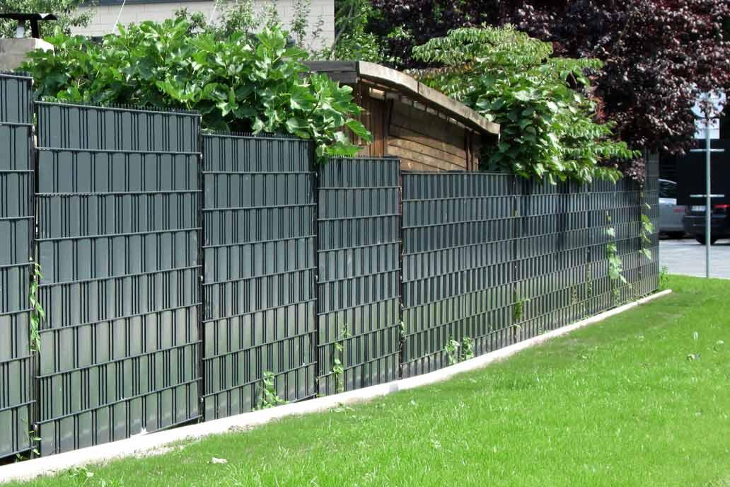 Stahlmattenzaun mit eingeflochtenen Kunststoffstreifen als Sichtschutzzaun.