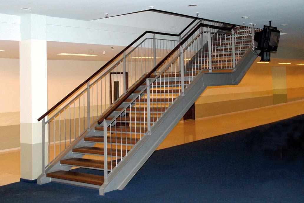 Stahltreppe mit Trittstufen und Handlauf aus Holz.