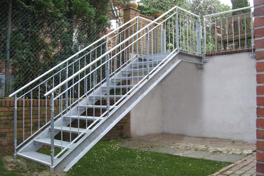 Eine verzinkte Stahltreppe als Zugang zu einem tiefer liegenden Gartenteil.