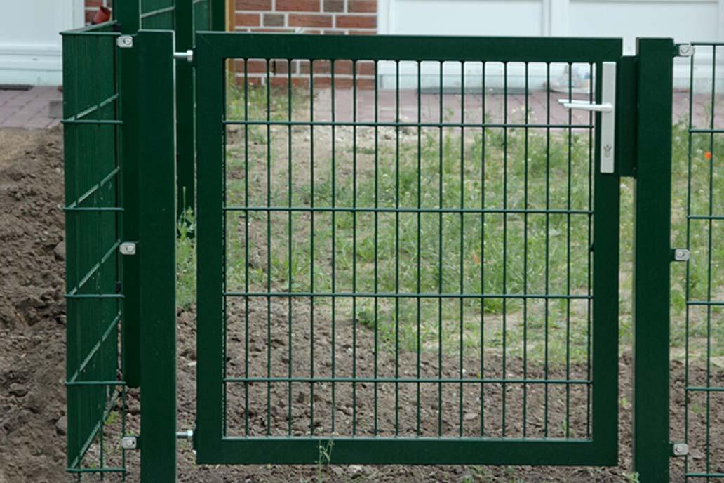 Gartentür aus einem Stahlrahmen mit Stahlmattenfüllung.