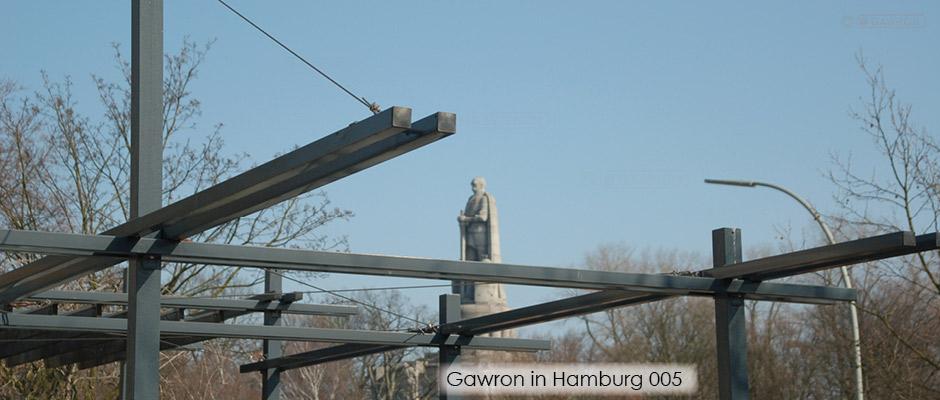 Pergola aus Stahl mit Blick zur Bismarck Statue in den Wallanlagen