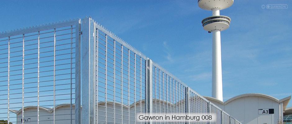 Zaun um die Messeanlagen Hamburg mit Blick auf den Fernsehturm