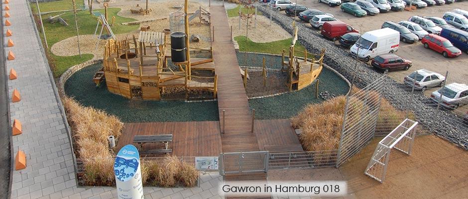 Blick von oben auf den Spiel- und Sportplatz in der Hafencity mit einem  Zaun, Drehflügeltor und Ballfang.