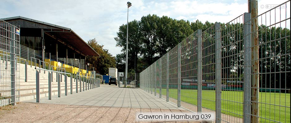 Zäune und Wellenbrecher im Viktoria Stadion