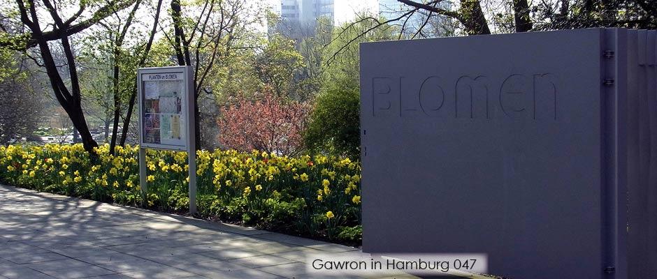 Frühling in Planten un Blomen - das Drehflügeltor gebaut von Gawron nach einem Entwurf vom Büro A24 Landschaft, Berlin