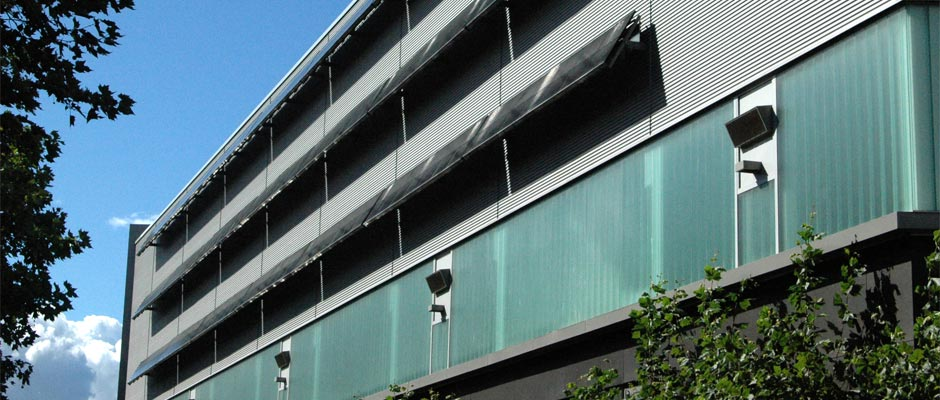 Metall- und Stahlbau Projekt Stahlgestelle für Solaranlagen von Gawron: Solaranlagenunterkonstruktion an einer Fassade.
