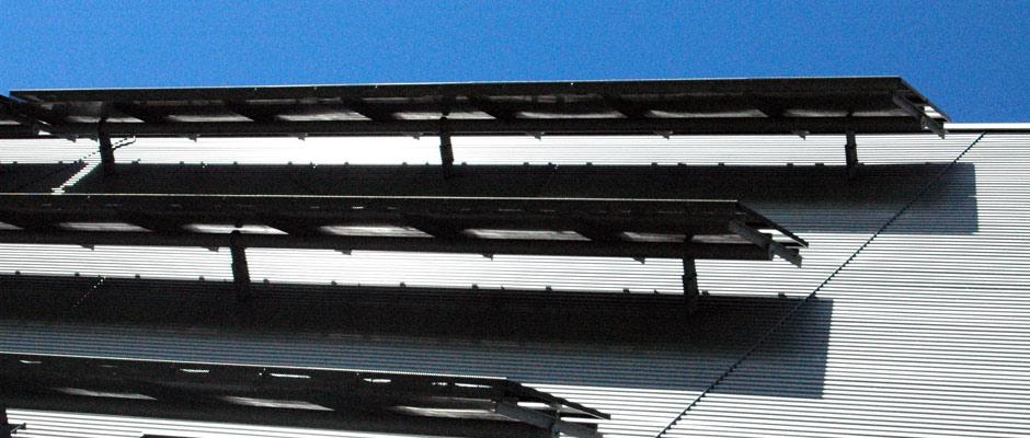 Konstruktion für die Befestigung von Solarpaneelen an einer Fassade