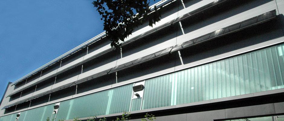 Metall- und Stahlbau Projekt Stahlgestelle für Solaranlagen: Fassade mit Solaranlage. Die Unterkonstruktion wurde von Gawron gefertigt.