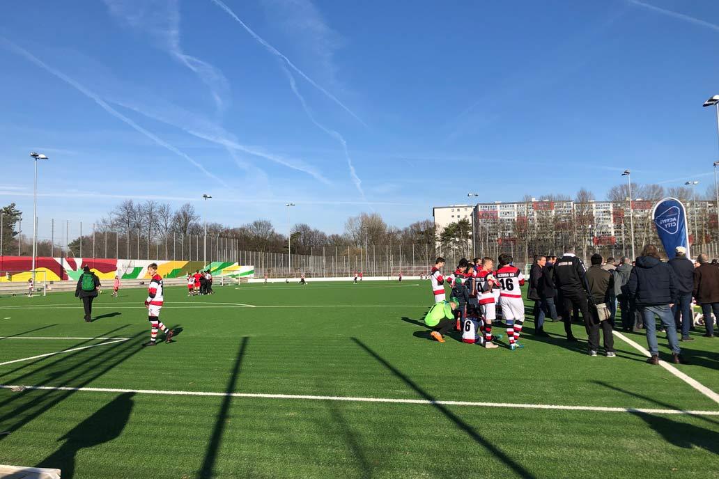 Eröffnung des Sportparks Bauerstaße in Hamburg Altona am 16.2.2019. Spieler des FK Altona 93 bei wunderbarem Wetter auf ihrem neuen Platz.