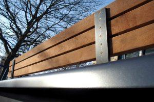 Sitzbänke aus Stahl mit Holzauflage