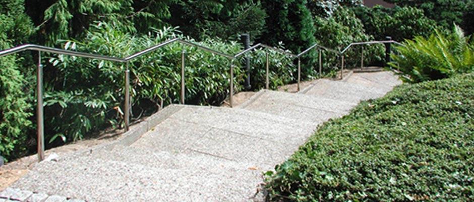 Edelstahlhandlauf an einer Treppe im Außenbereich.