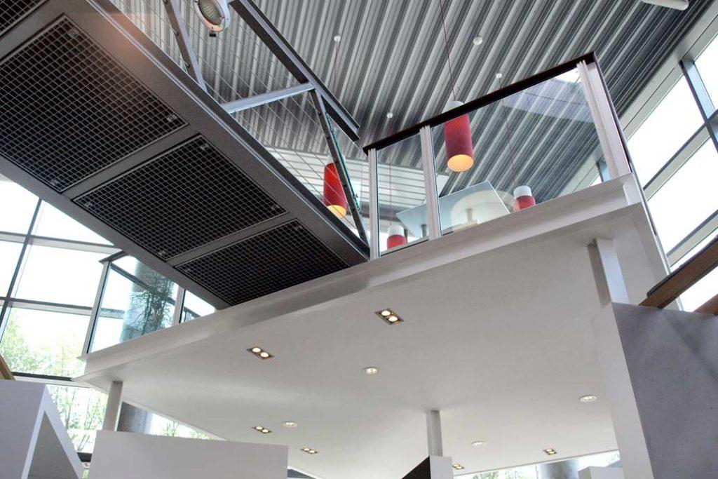 Projekt Metall- und Stahlbau in der Ausstellung Peter Jensen: Stahlbühne über der Ausstellungsfläche.