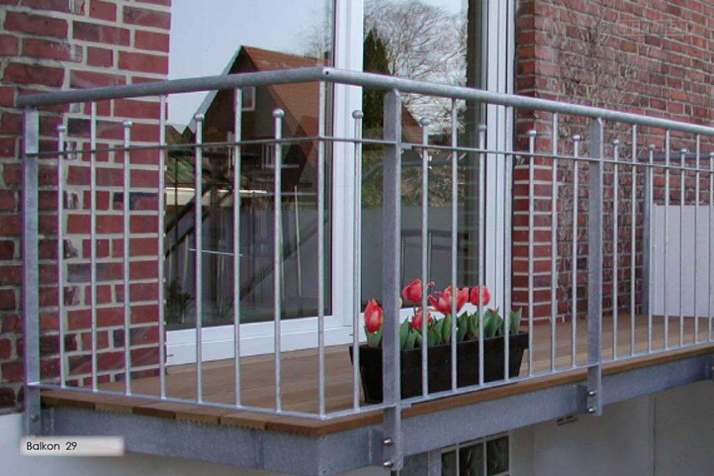 Ein Stahlbalkon mit einem Geländer