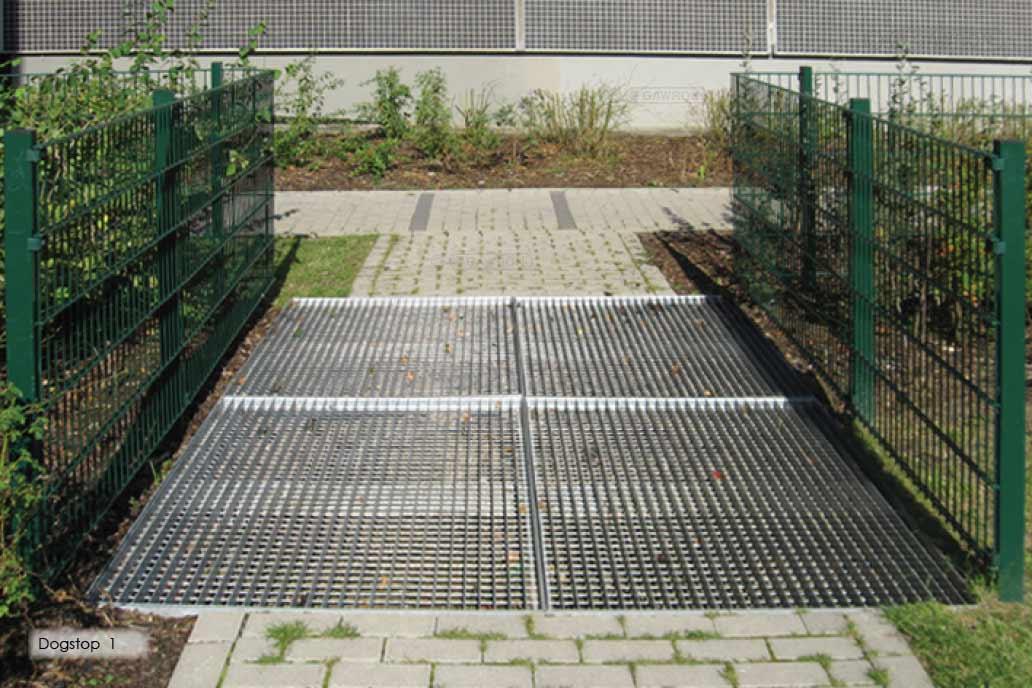 Ein Hundefernhalterost am eingang zu einem Spielplatz gehört zu dem Bereich weiterer Metallbau bei Gawron.
