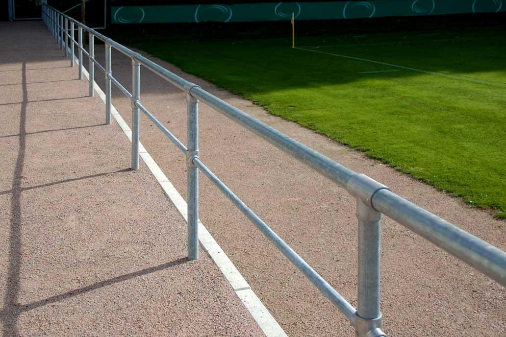Lehngitter an einem Spielfeld, Metallbau für den Sportplatzbau von Gawron & Co.