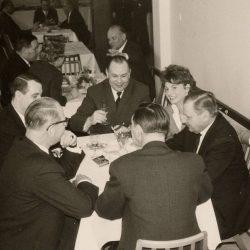 Geschäftsessen mit Lieferanten im Jahr 1959. Rechts vorne der Foirmengründer Herbert Gawron, neben ihm seine Tochter und langjährige Geschäftsführerin Ellen Lange-Gawron