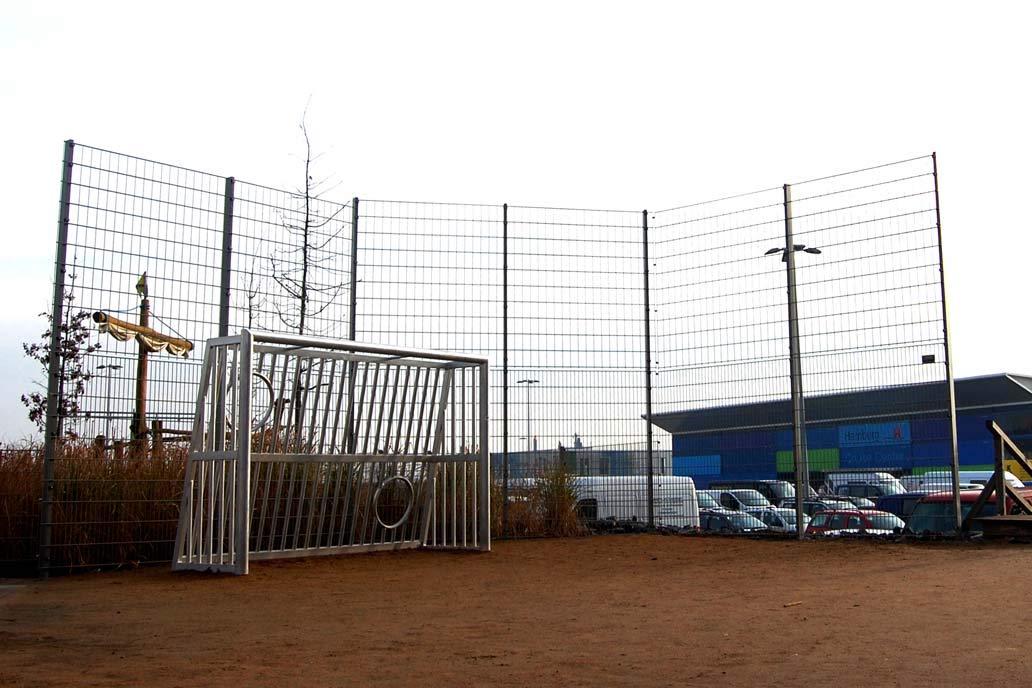 Ballfangzaun auf einemSpielplatz in  der Hafencity Hamburg.