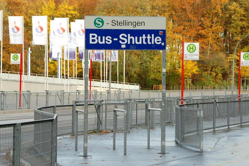 Leitbügel am Bus-Shuttele des Volksparkstadions; Metallbau für den Sportplatzbau von Gawron & Co.