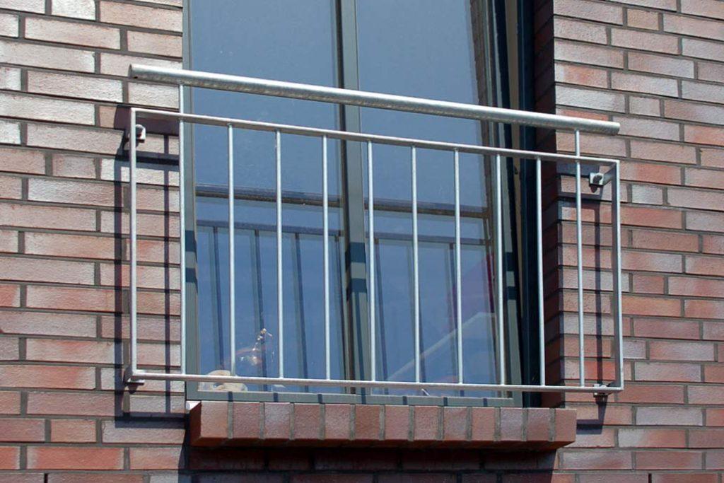 Geländer vor einem bodentiefen Fenster.