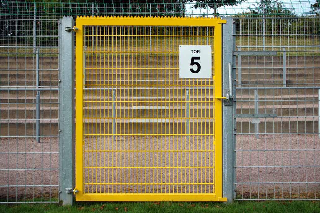 Fluchttor mit Panikverriegelung auf einem Sportplatz