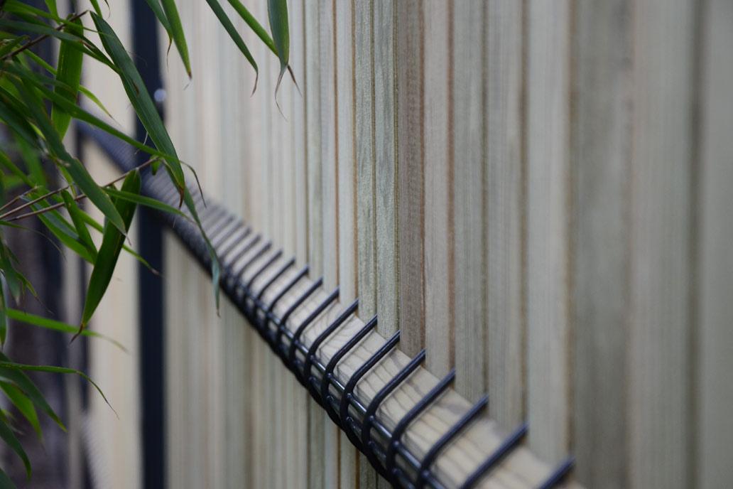 Stahlmattenzaun mit Holzfüllung als Sichtschutzzaun.