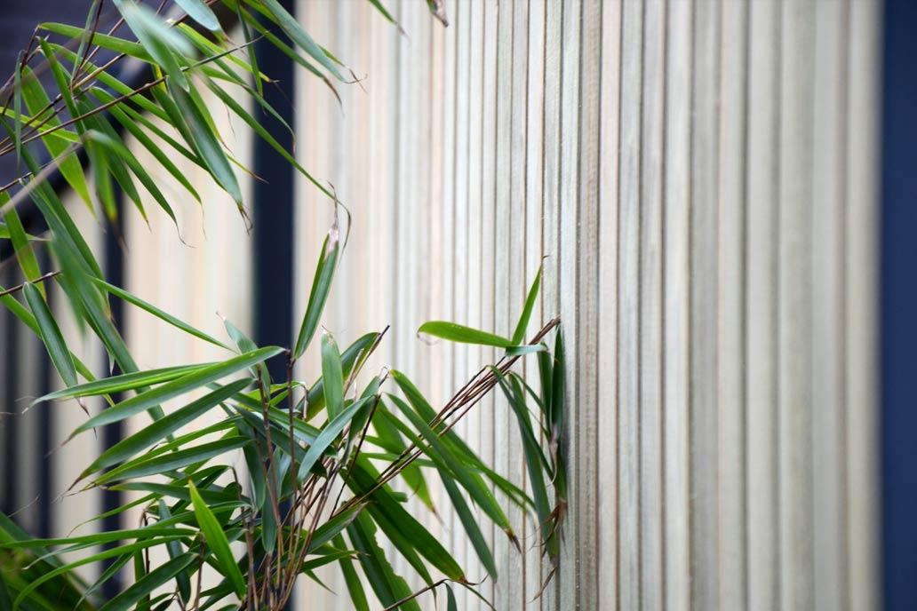 Sichtschutzzaun aus Stahlmatten mit Holzfüllung