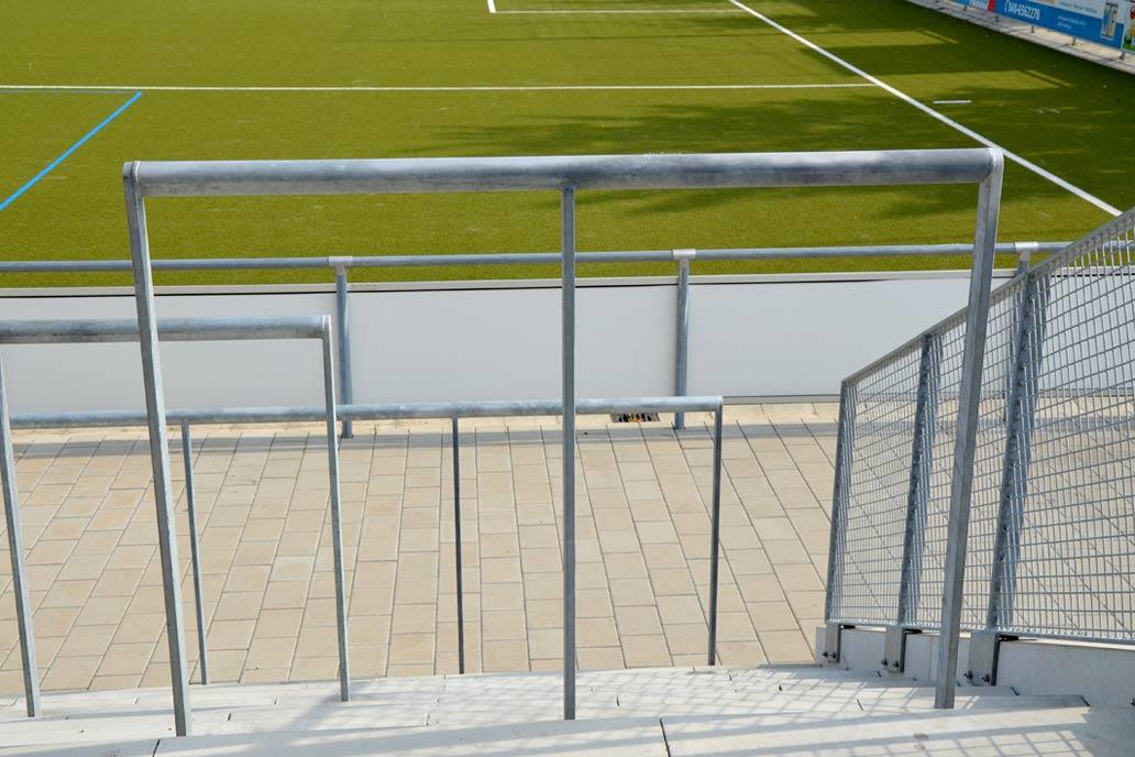 Wellenbrecher im Sportstadion,; Metallbau für den Sportplatzbau von Gawron & Co.