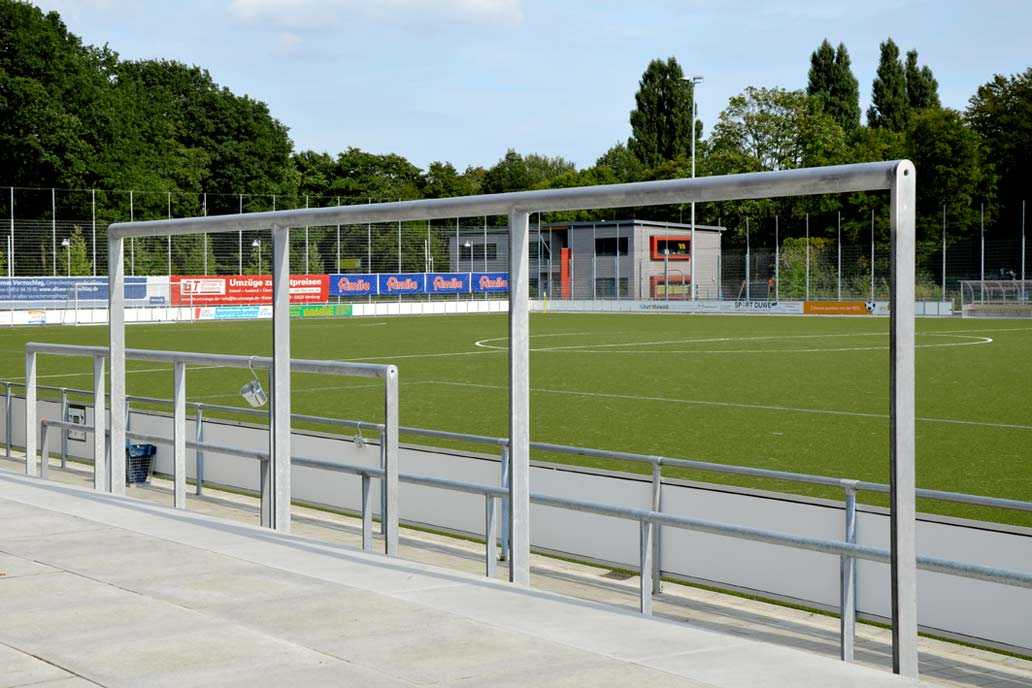 Wellenbrecher im Stadion des HSV Barmbek-Uhlenhorst mit Blick auf einen Ballfangzaun. Metallbau für den Sportplatzbau von Gawron & Co.
