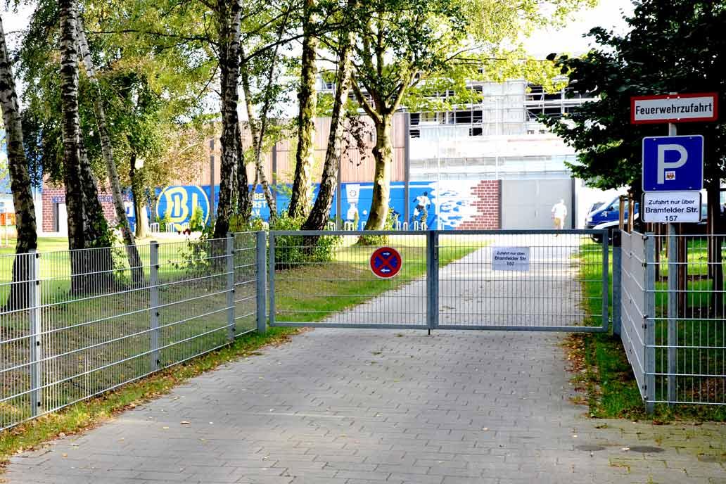 Stahlmattenzaun und Drehflügeltor an einer Zufhart zum Staddion des HSV Barmbek-Uhlenhorst.