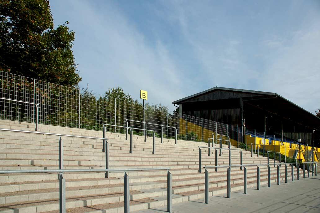Wellenbrecher auf den Zuschauerrängen eines Sportplatzes des SC Victoria. Metallbau für den Sportplatzbau von Gawron & Co.
