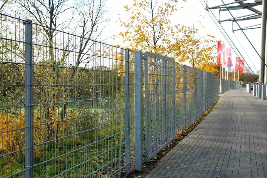 Stahlmattenzaun und Drehflügeltor am Volksparkstadion, Metallbau für den Sportplatzbau von Gawron & Co.
