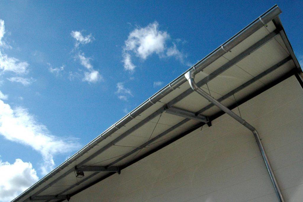 Dachüberstand Anbau an ein Hallendach.