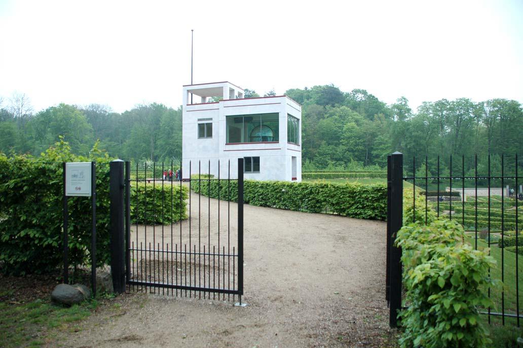Drehflügeltor vor dem Globushaus des Schloss Gottorf.