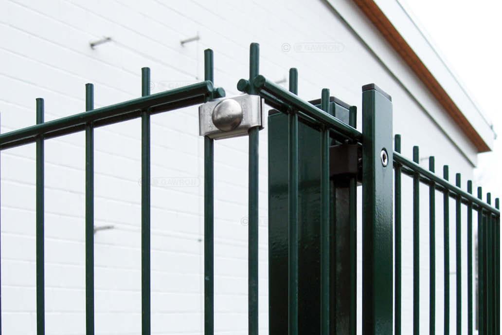 Ein Stahlmattenzaun mit einer Ecke. Dort werden die Stahlmatten mit einem Gawron-Eckverbinder zusammengehalten. Zaunzubehör vom Zaunfachhandel.