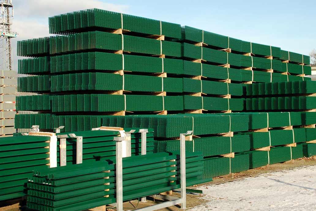 Doppelstabmatten in unterschiedlichen Höhen in grün beschichtet in großen Stapeln auf dem Hof von Gawron & Co.