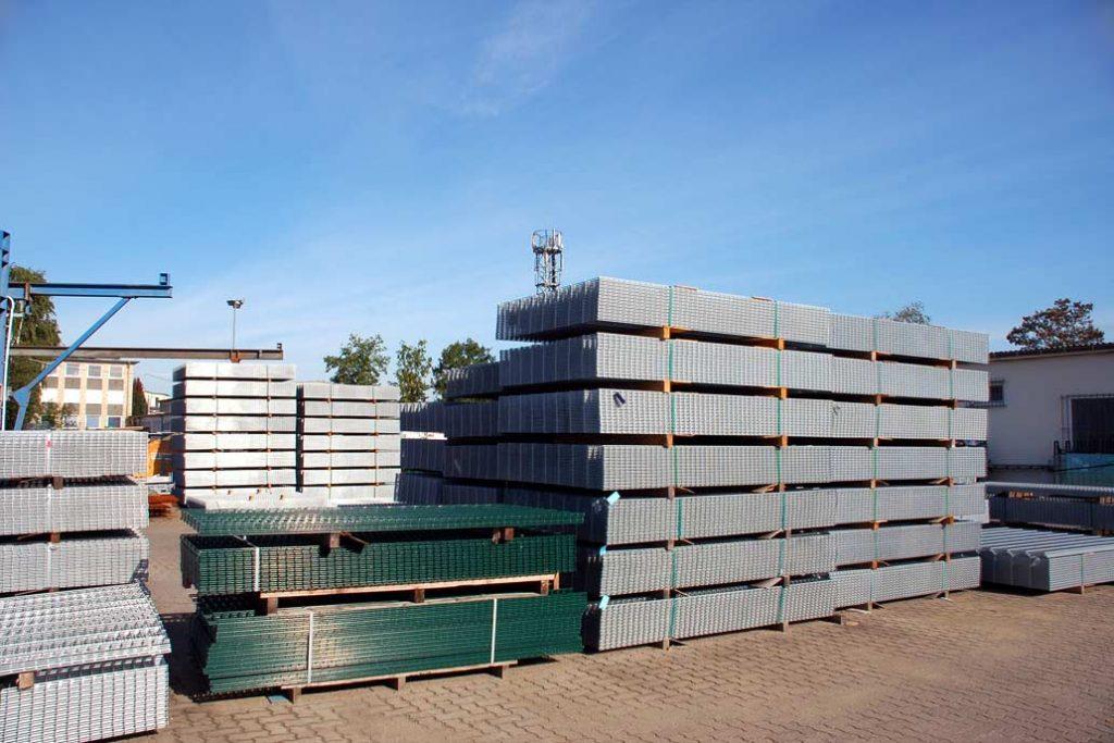 Stahlmatten in verschiedenen Höhe, Qualitäten und farblichen Beschichtungen in hohen Stapeln auf dem Hof von Gawron & Co.