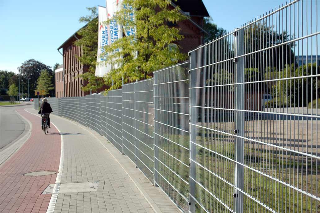 180cm hoher feuerverzinkter Stahlmattenzaun aus Doppelstabmatten bei den Stadtwerken Elmshorn.
