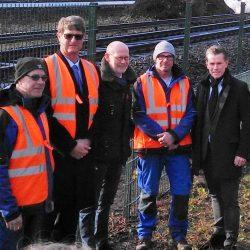 Der Hamburger Verkehrsenator Michael Westhagemann (mitte), der Geschäftsführer der S-Bahn Hamburg Kay-Uwe Arnecke (rechts) mit Mitarbeitern und Geschäftsführer von Gawron & Co bei einem Pressetermin an einer Zaunbaustelle an den S-Bahn Gleisen.