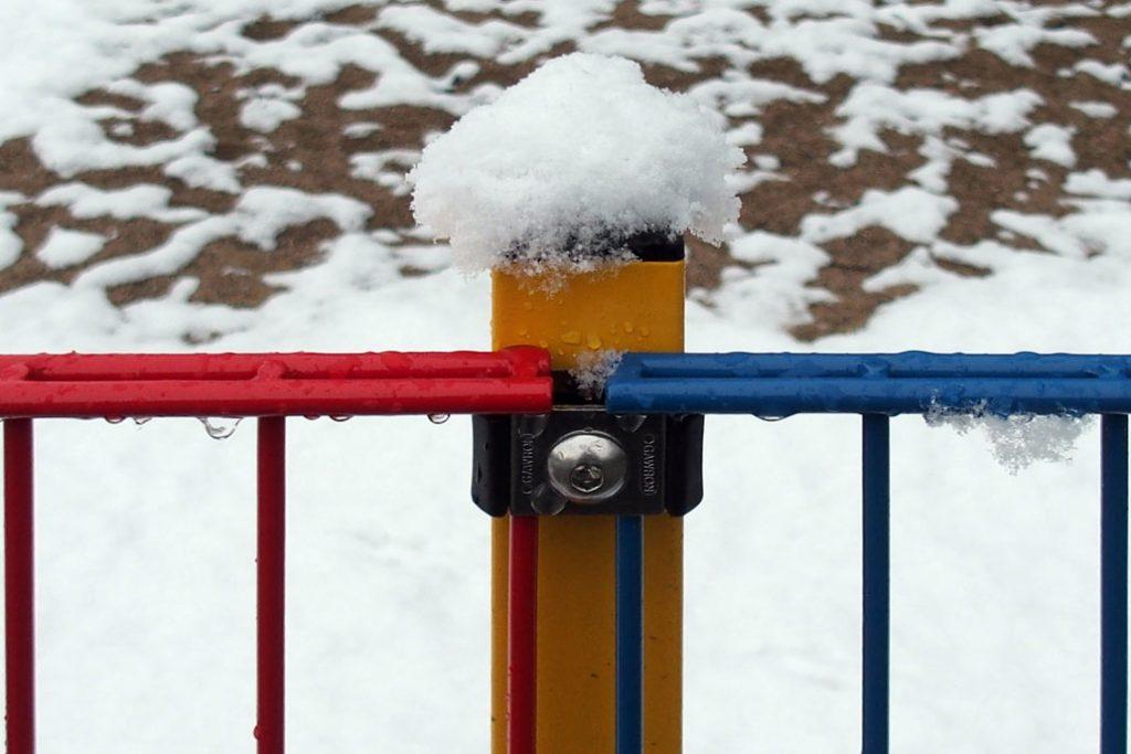 Bunter Stahlmattenzaun im Schnee.