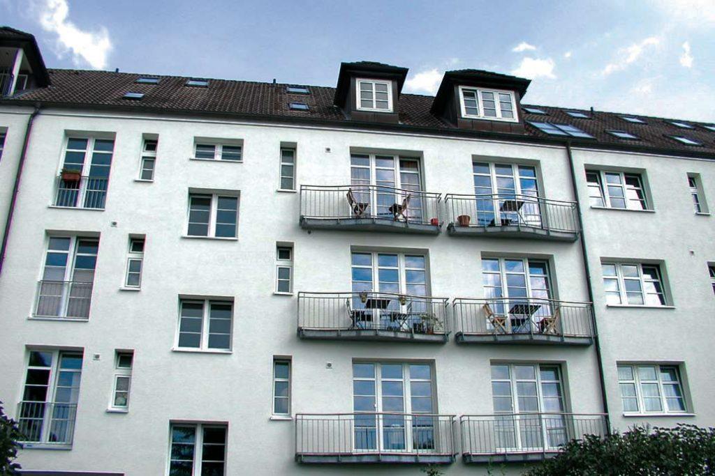 Balkone an einem Mehrfamilienwohnhaus.